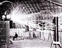 Tesla v jeho laboratoři v Koloradu