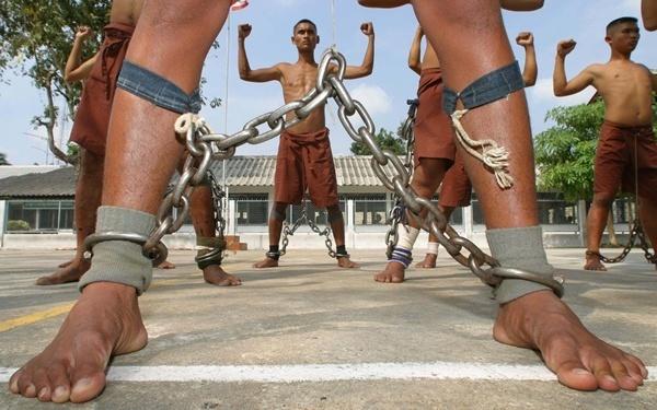 Řetězy na nohou ve vězení v Bangkoku