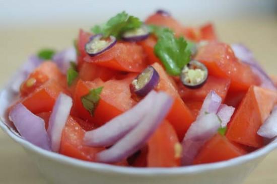 Rajský salát s cibulí